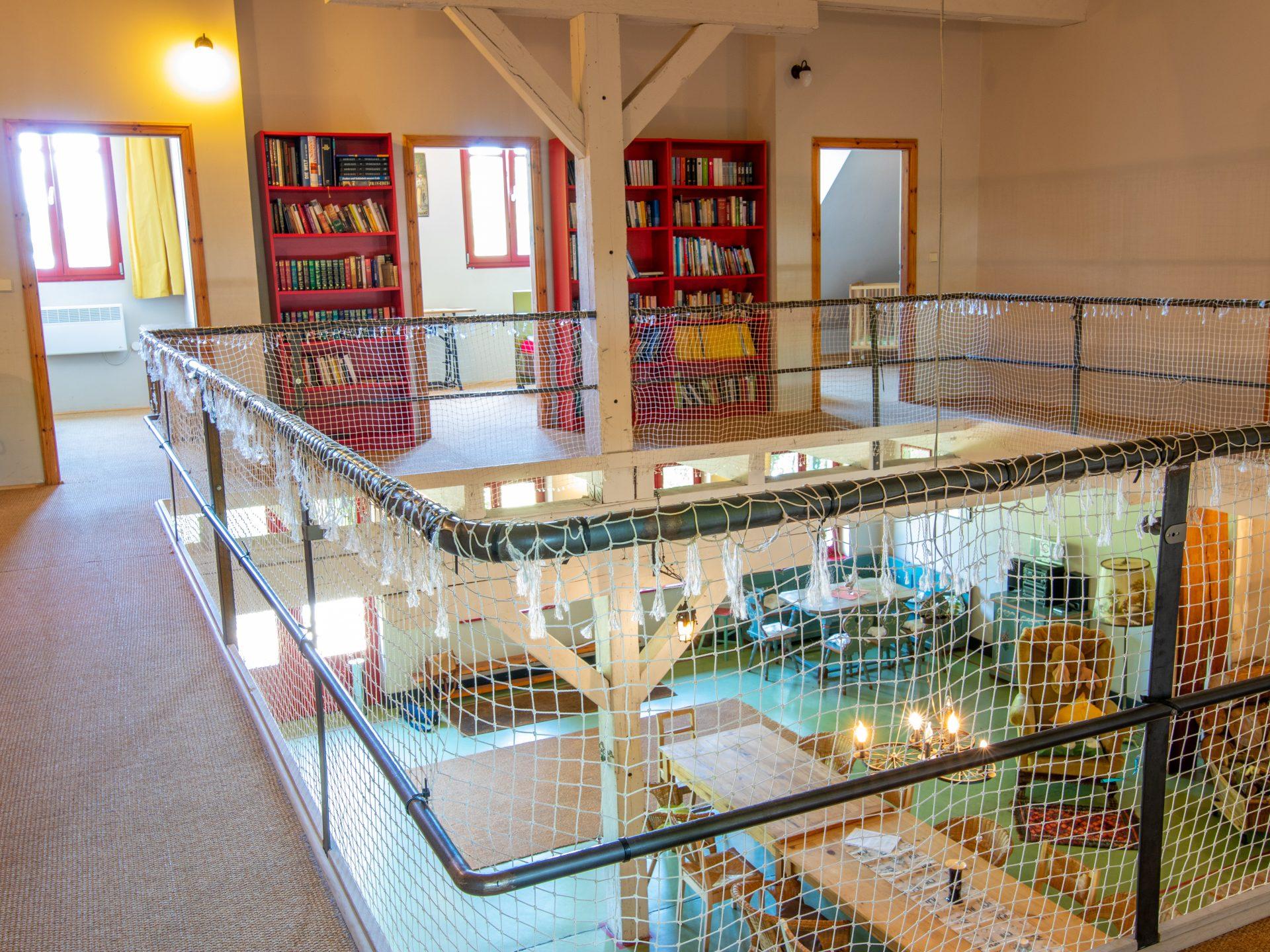 Galerie mit Blick auf den Wohnraum