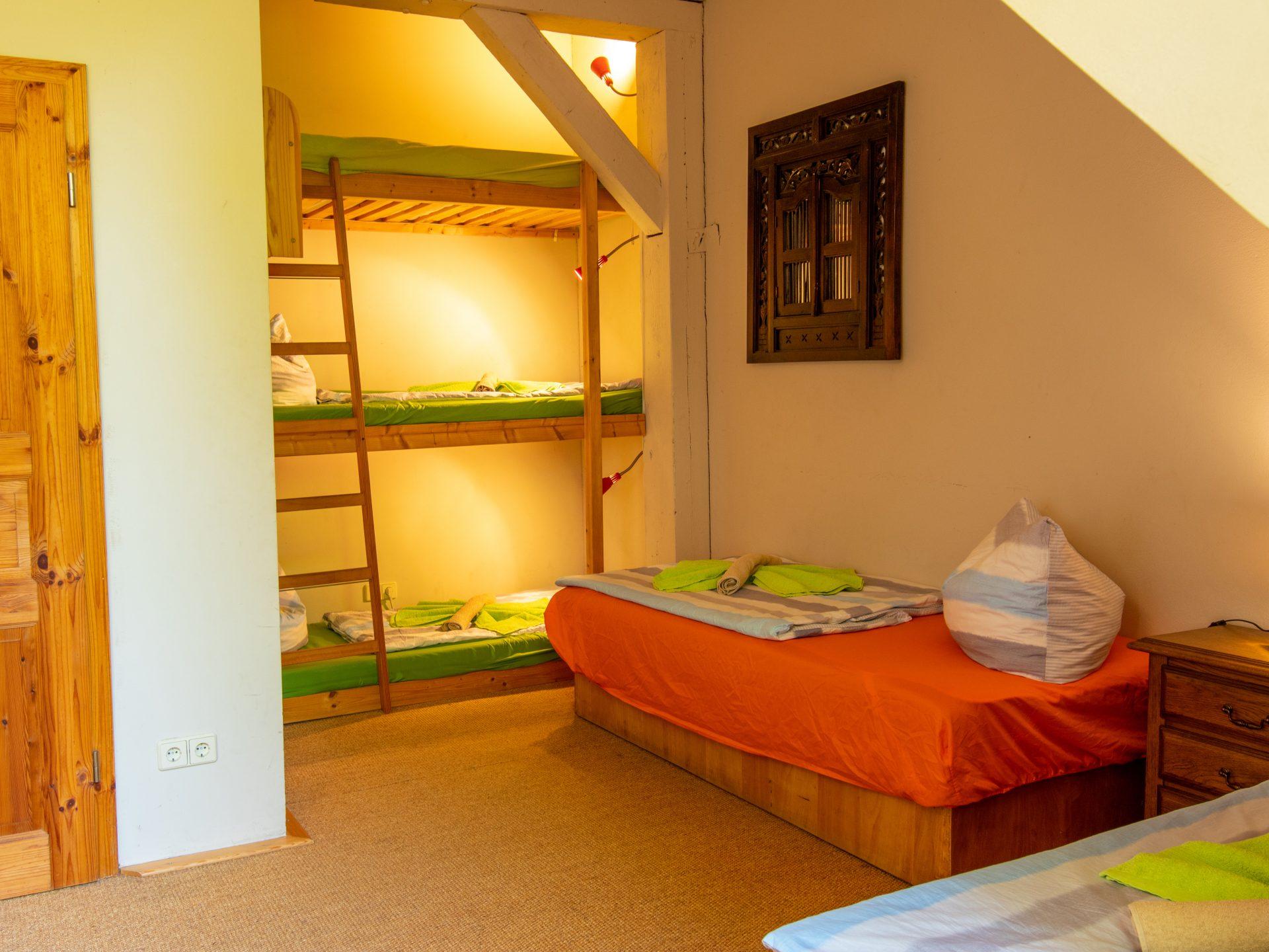 Schlafzimmer mit 2 Einzelbetten und Etagenbett