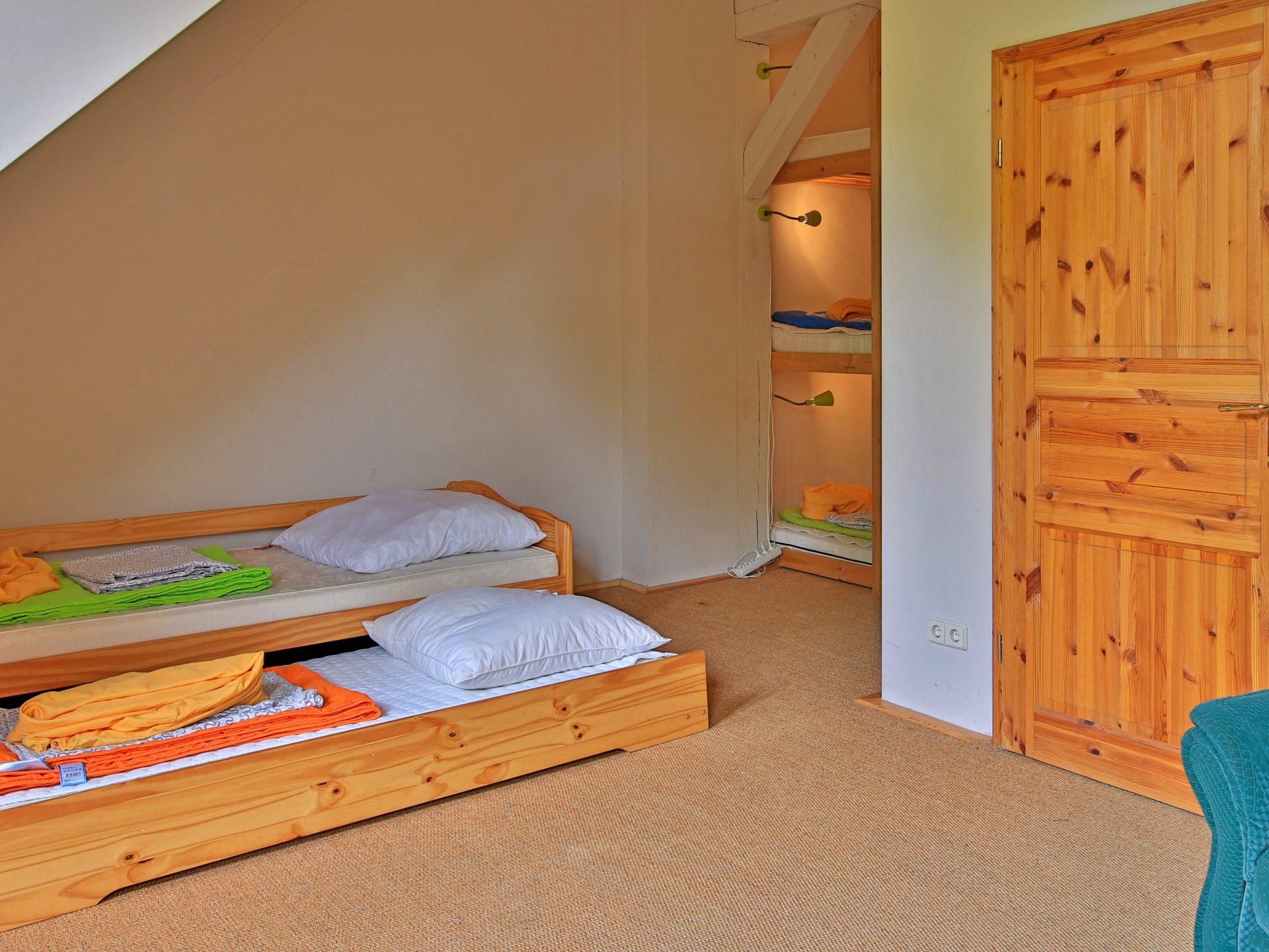 Schlafzimmer mit Auszieh- und Etagenbett