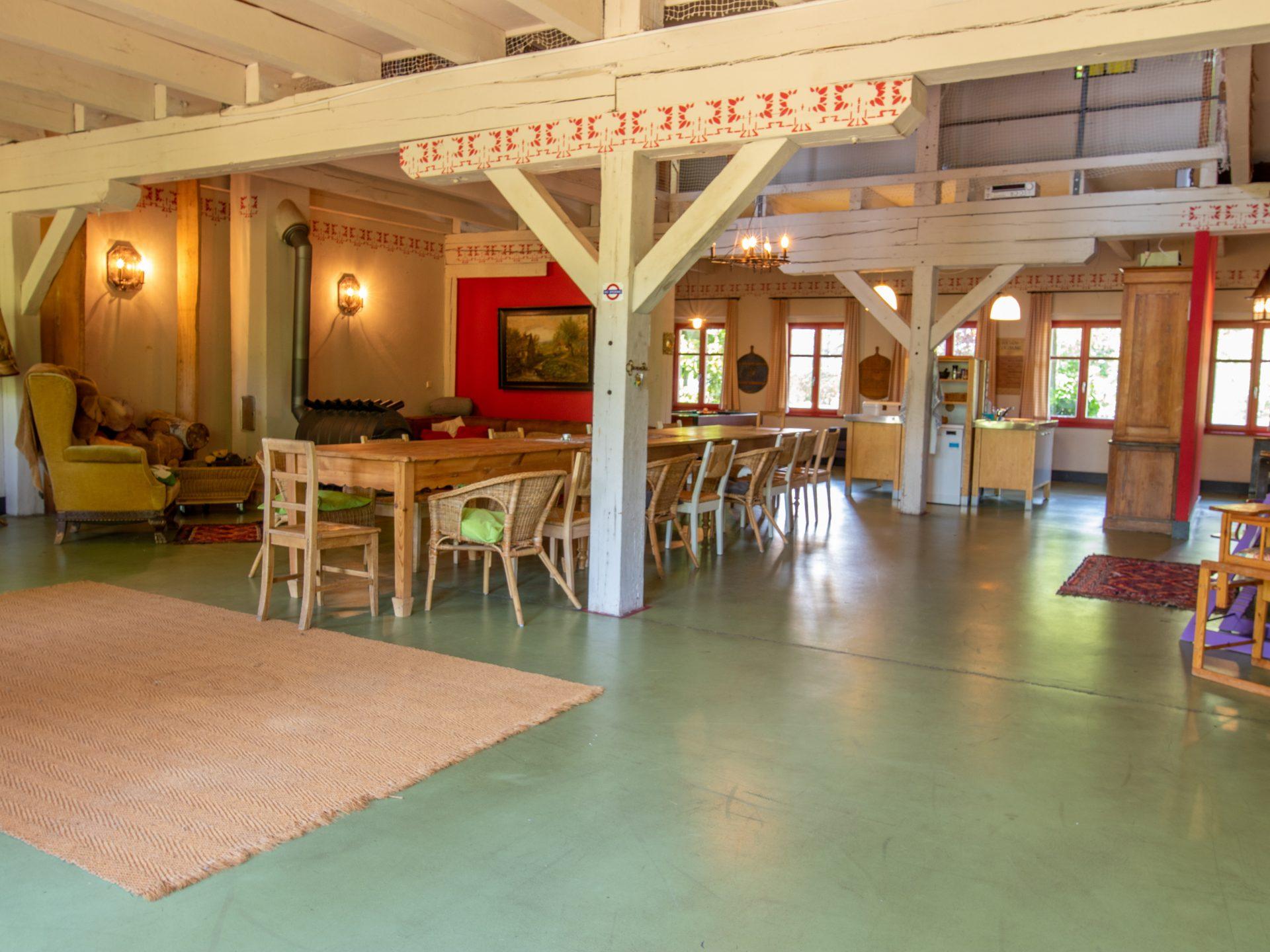 Wohnbereich mit großem Esstisch