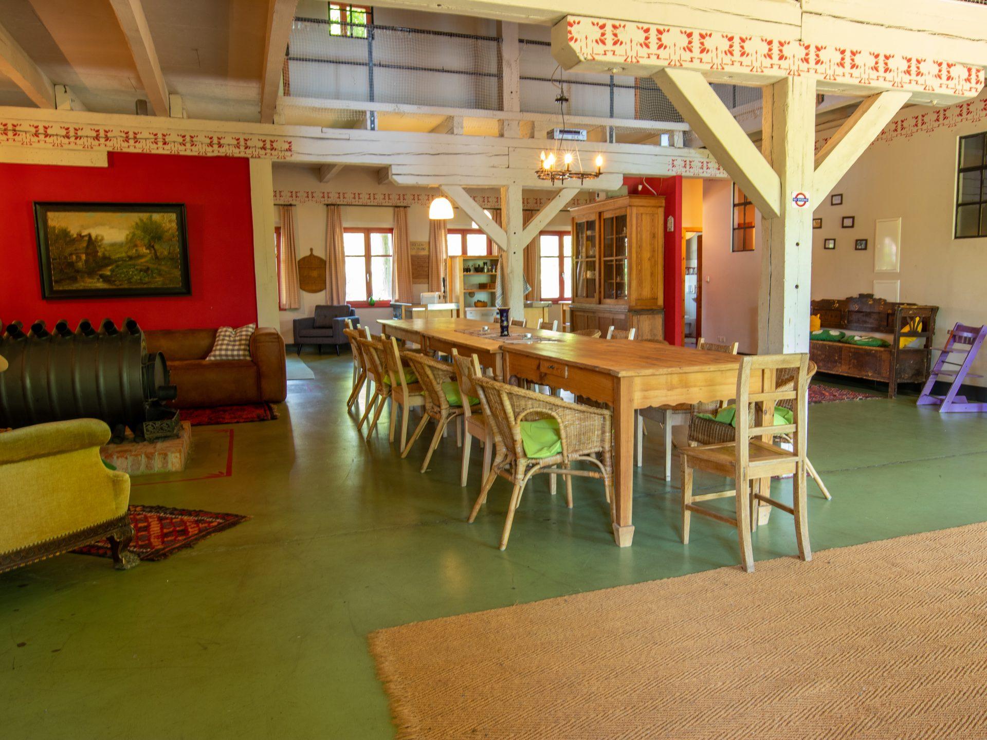 großer Wohnbereich mit Ofen und Esstisch